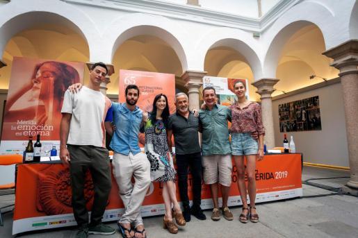 El director del Festival Internacional de Teatro Clásico de Mérida, Jesús Cimarro (2d), acompañado del director Víctor Ullate (3d) y de los bailarines Josué Ullate (2i), Lucía Lacarra (3i) y Laura Rosillo, presentan la obra 'Antígona'.