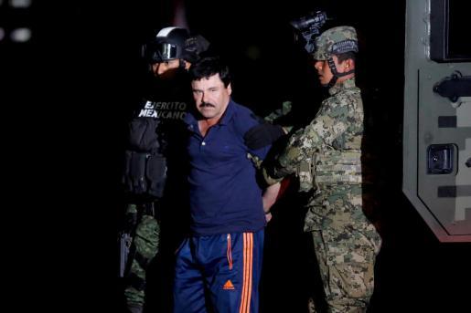 Joaquin 'El Chapo' Guzman escoltado por soldados.