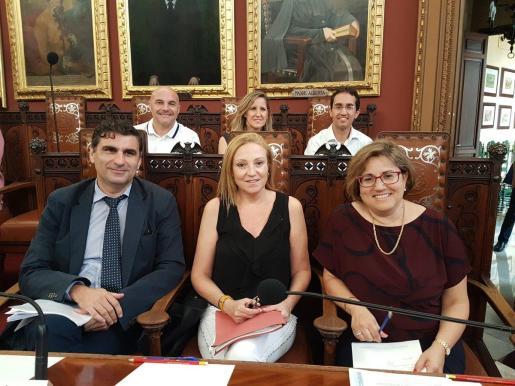 La portavoz del PP de Palma Mercedes Celeste (derecha) en la sala de plenos de Cort.