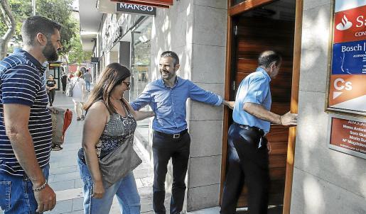 El diputado Marc Pérez-Ribas y otros militantes de Cs, a su llegada a la sede.