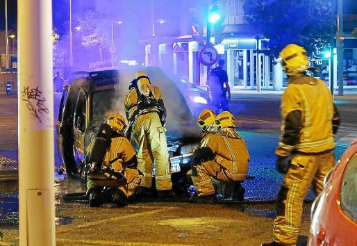 El incendio que destruyó una furgoneta en la calle Eusebio Estada.
