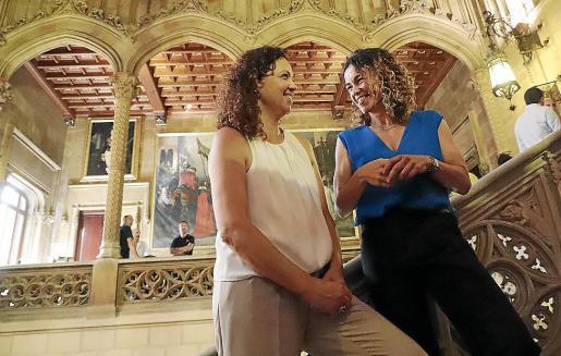 La exconsellera d'Hisenda Catalina Cladera, con su sucesora, Rosario Sánchez.