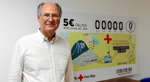 Antoni Barceló posa en la sede de Creu Roja con el cupón del Sorteo de Oro que se celebra este jueves en Palma.