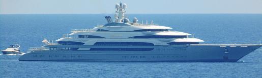 Los espectaculares 140 metros de eslora del megayate contrastan con el tamaño de las embarcaciones que navegaban por los alrededores.