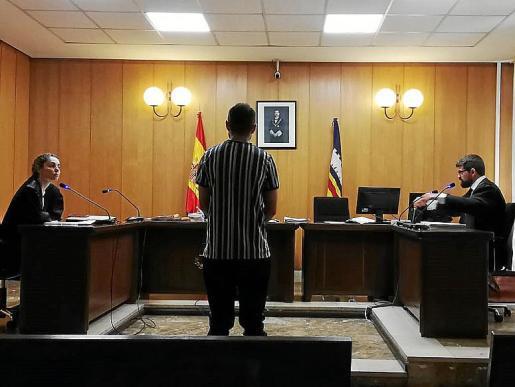 El acusado de abusar de una menor en un parque acuático, ante el juez.