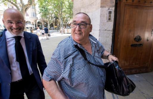 El agente de deportistas Santos Márquez (d), que medió en el traspaso del portero Iker Casillas al Oporto.