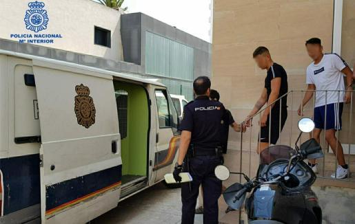 Agentes de la Policía Nacional custodiando a los ladrones.