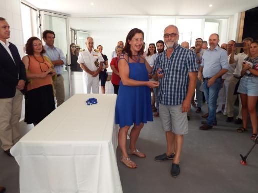 El presidente de la Cofradía Sant Pere del Port, Pep Mayol, recibió las llaves del nuevo edificio de manos de Francina Armengol.