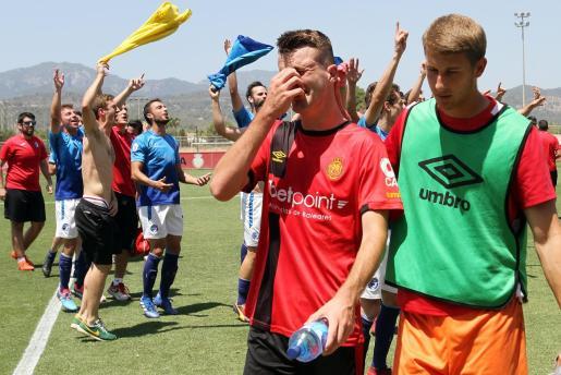 Imagen de los jugadores del Mallorca abandonando el césped de Son Bibiloni entre lágrimas ante la celebración de Las Rozas en la final por el ascenso a Segunda División B.