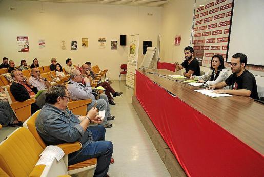 Imagen de una asamblea de EU. En la mesa, al fondo a la derecha, Juan José Martínez.