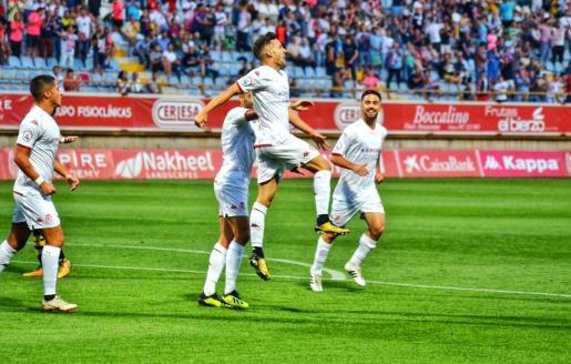 El nuevo jugador del Atlético Baleares Jorge Ortiz celebra un gol la pasada temporada en las filas de la Cultural Leonesa.