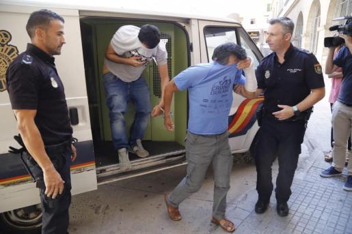 En 2018, el hombre (en la foto con la camiseta azul) fue detenido en Palma tras grabar las violaciones a su hija menor de edad.