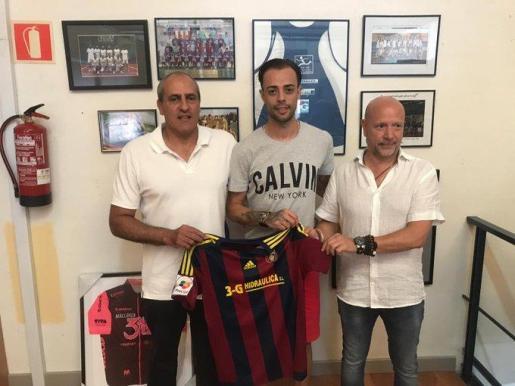 El presidente del Poblense, Miquel Molondro, el futbolista Dani Benítez y Miguel Martins, en representación del patrocinador del club 3-G Hidráulica durante la presentación este viernes.