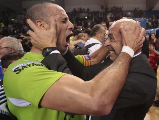 Imagen del actual técnico del Palma Futsal Antonio Vadillo celebrando una victoria en Son Moix con el entonces entrenador Juanito, que esta temporada dirige al Real Betis tras su experiencia en el extranjero.