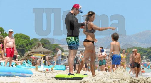 El matrimonio disfruta a orillas de mar, junto a su hijo, construyendo castillos de arena, haciéndose fotos de recuerdo, charlando bajo la sombrilla y paseando.