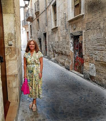 Sonia Valenzuela posa en las inmediaciones del Palau Episcopal en Palma.