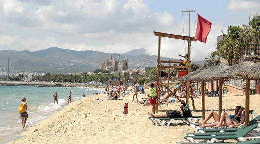 Pese a la bandera roja por vertidos, muchas personas van a las playas y los socorristas tienen que informar.