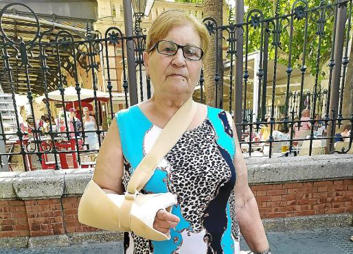 Carmen Martínez se rompió la muñeca debido a su caída.