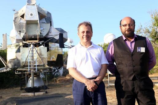 Joan Rosselló y Amado Carbonell junto a una maqueta a escala real del módulo lunar.