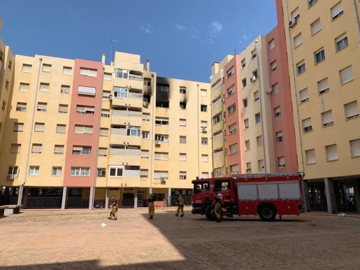 Imagen de la fachada, afectada por el incendio de la quinta planta de este bloque en la calle Caracas de Palma.