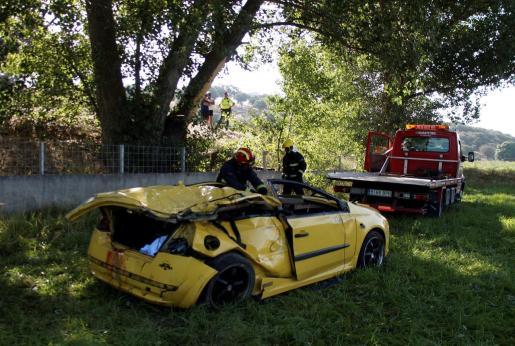 Tres jóvenes han muerto y otros tres han resultado heridos de gravedad al sufrir un accidente de tráfico.