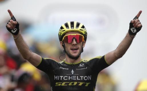 Simon Yates celebra su victoria de etapa de este domingo.
