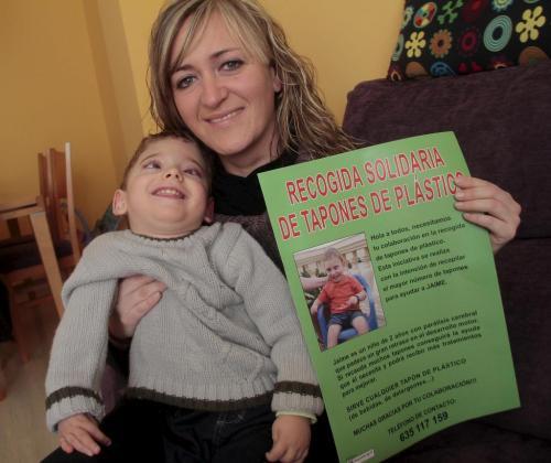 El pequeño Jaume Estrany con su mamá, Antònia Balaguer, que impulsa una serie de acciones para recaudar fondos para poder tratarlo de su parálisis cerebral.