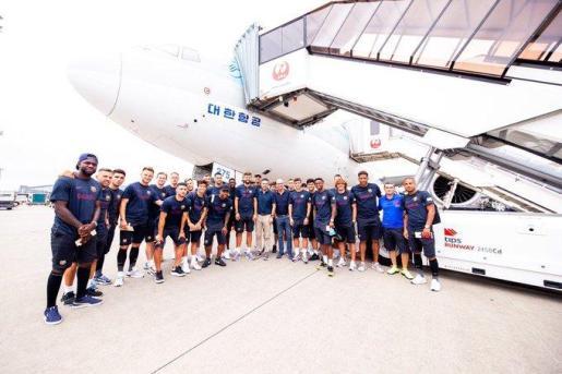 Imagen de los jugadores del Fútbol Club Barcelona a su llegada este domingo a tierras japonesas.