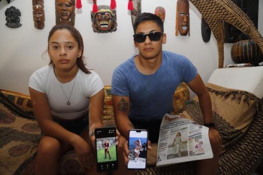 Lourdes y Lautaro Moyano muestran ayer en su domicilio dos fotografías de su hermana.