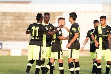 Los jugadores del Real Mallorca felicitan a Lago Junior tras abrir el marcador en el triunfo de los bermellones en su primer partido de pretemporada ante el Felanitx en sa Pobla.