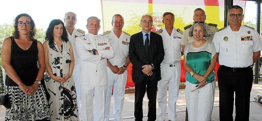 Joana Adrover, Isabel Castro, el almirante Pedro García de Paredes; Dámaso Berenguer, el vicealmirante Juan Sobrino; Ramón Morey, Juan Moreno, Juan Cifuentes, Teresa Suárez y Josep Palouzié.