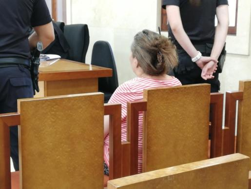 La mujer acusada de intentar asesinar a su hermana atacándola con un cuchillo, en el juicio en la Audiencia Provincial.