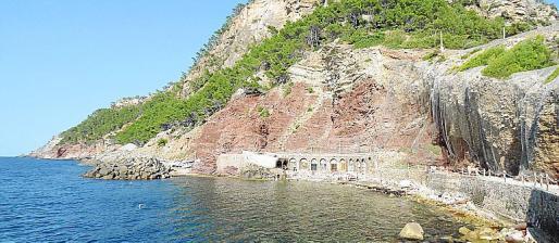 La playa de guijarros bajo el acantilado, desde el chiringuito panorámico.