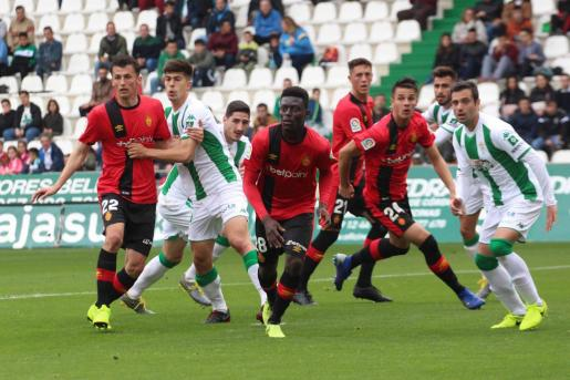Iddrisu Baba, en el centro de la imagen, durante el partido de la temporada anterior entre el Córdoba y el Mallorca disputado en el Nuevo Arcángel de Córdoba.