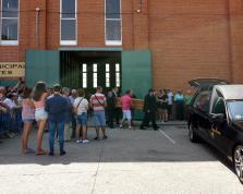 Familiares trasladan el cuerpo de uno de los fallecidos en el accidente de Galisancho (Salamanca).