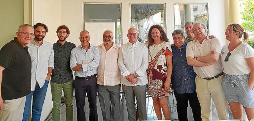 Miquel Segura (quinto por la izq.) con participantes, asistentes y autoridades, como la presidenta del Consell, Catalina Cladera (quinta por la dcha.).