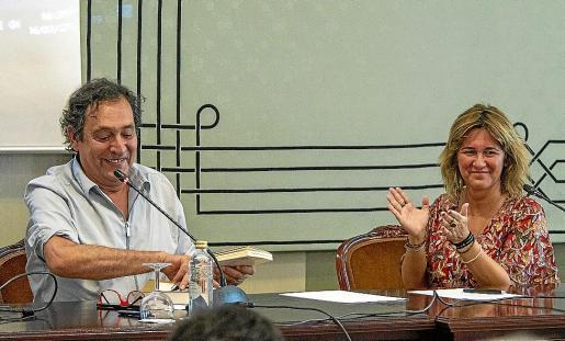 Agustí Villaronga y Iolanda Batallé, directora del Institut Ramon Llull, en Palma.