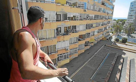 Georgi Stoyanov contempla los Pullman, el complejo de apartamentos que se construyeron a mediados de la década de 1970 en Cala Major.