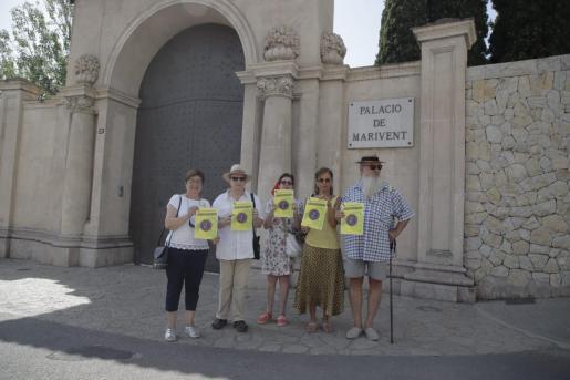 Integrantes de varios colectivos antimonárquicos han anunciado frente el Palacio de Marivent varias concentraciones contra la presencia de la Familia Real en Mallorca.