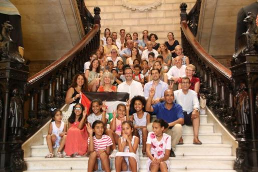 El alcalde de Palma, José Hila, posa con las familias.