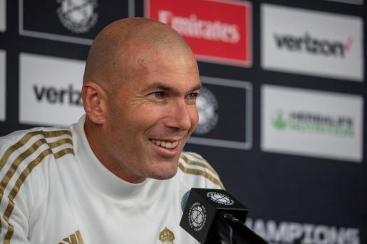 El entrenador del Real Madrid, Zinedine Zidane, responde una pregunta durante una conferencia de prensa, en el estadio Audi Field de la ciudad de Washington.