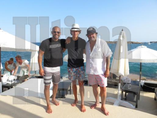 El actor Amaury Nolasco, junto al diestro López Simón y el pintor y anfitrión Domingo Zapata.