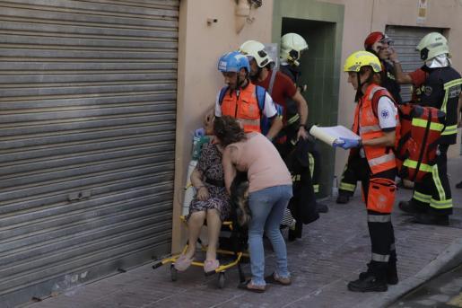 Una de las personas heridas en el incendio del Arenal, tras ser atendida por los servicios de emergencias.