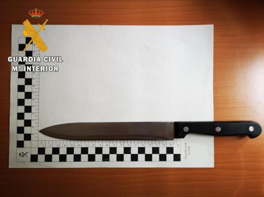 Imagen del cuchillo intervenido al hombre detenido por amenazar a su hija de dos años.