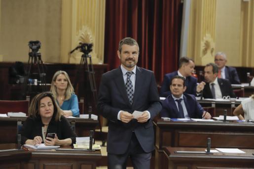 Pérez-Ribas en el parlament balear.