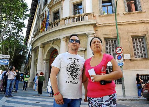 Los padres de la niña, Miguel Ángel Illescas y Karina del Pilar, en los juzgados de Vía Alemania.