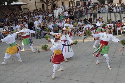 Panorámica general de la plaza, que se llenó de público para presenciar los tradicionales bailes de los Cossiers.