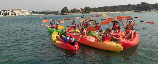 Un grupo de niños, en canoa, en el campamento Fábrica de Valientes.