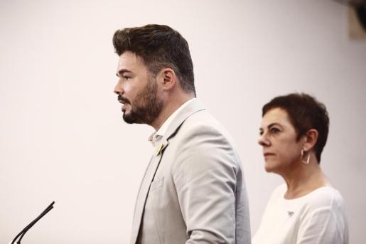 La portavoz de EH Bildu en el Congreso de los Diputados y el de ERC, Mertxe Aizpurúa y Gabriel Rufián, ofrecen una rueda de prensa horas previas a la segunda votación para la investidura.
