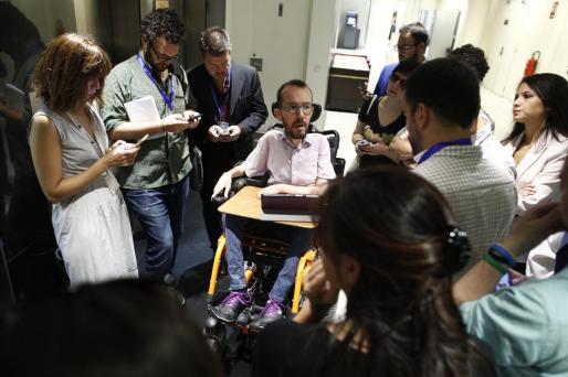 El jefe negociador y secretario de Acción de Podemos, Pablo Echenique, en los pasillos del Congreso de los Diputados.